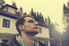 Deportista o viajero joven en el sombrero del invierno que mira en horizonte MES Imágenes de archivo libres de regalías