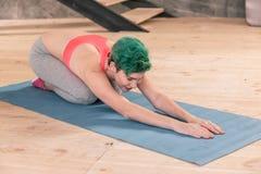 Deportista que acaba su entrenamiento con estirar del cuerpo foto de archivo