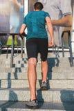Deportista que corre en las escaleras en la calle Imagen de archivo libre de regalías