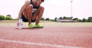 Deportista que daña su pie almacen de metraje de vídeo