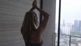 Deportista que hace actitud de la yoga metrajes