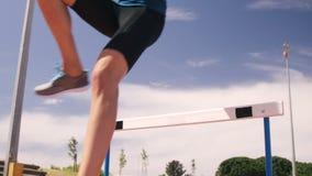 Deportista que hace la carrera de vallas almacen de metraje de vídeo