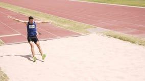 Deportista que hace salto de longitud metrajes
