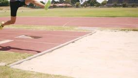 Deportista que hace salto de longitud almacen de video