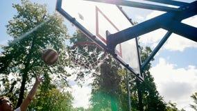 Deportista que juega a baloncesto en la corte al aire libre que intenta anotar meta sino la falta almacen de video