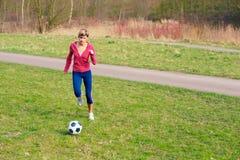 Deportista que juega con una bola Fotografía de archivo