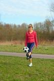 Deportista que juega con una bola Fotos de archivo libres de regalías