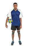 Deportista que lleva a cabo un voleibol Fotografía de archivo