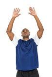 Deportista que presenta mientras que juega a voleibol Foto de archivo libre de regalías