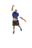 Deportista que presenta mientras que juega a voleibol Imágenes de archivo libres de regalías