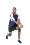 Deportista que presenta mientras que juega a voleibol Foto de archivo