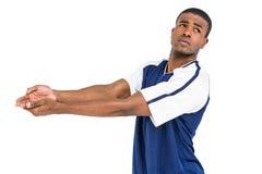 Deportista que presenta mientras que juega a voleibol Imagenes de archivo