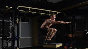 Deportista que resuelve su cuerpo en el salto de la caja almacen de metraje de vídeo