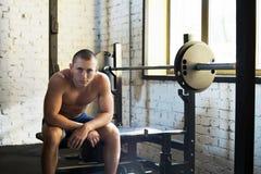 Deportista que se sienta en el banco fotos de archivo