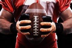 Deportista que sostiene la bola de rugbi fotografía de archivo