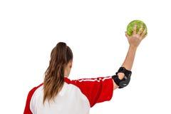 Deportista que sostiene una bola Fotos de archivo libres de regalías