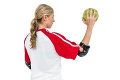 Deportista que sostiene una bola Imágenes de archivo libres de regalías