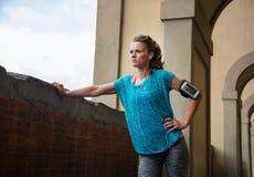 Deportista relajada que escucha la música entre los entrenamientos foto de archivo libre de regalías