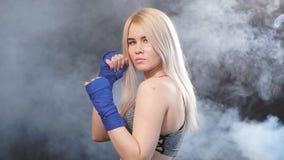 Deportista rubia atractiva en vendajes kickboxing en la postura defensiva, c?mara lenta almacen de video