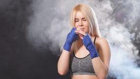 Deportista rubia atractiva en vendajes kickboxing en postura defensiva C?mara lenta almacen de metraje de vídeo