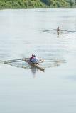 Deportistas adolescentes en un barco, remando en el río Rioni, Poti, GE Fotos de archivo libres de regalías