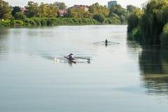 Deportistas adolescentes en un barco, remando en el río Rioni, Poti, GE Imagen de archivo libre de regalías