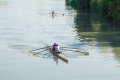 Deportistas adolescentes en un barco, remando en el río Rioni, Poti, GE Imagen de archivo