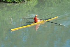 Deportistas adolescentes en un barco, remando en el río Rioni, Poti, GE Foto de archivo libre de regalías