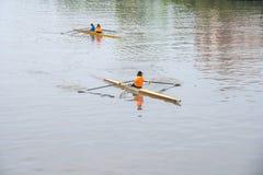 Deportistas jovenes en un barco, remando en el río Rioni, Poti, Geor Fotos de archivo libres de regalías