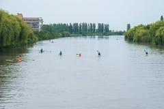 Deportistas jovenes en un barco, remando en el río Rioni, Poti, Geor Fotografía de archivo libre de regalías