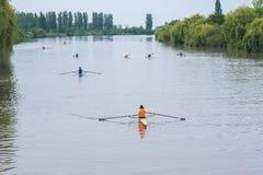 Deportistas jovenes en un barco, remando en el río Rioni, Poti, Geor Foto de archivo