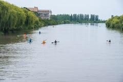 Deportistas jovenes en un barco, remando en el río Rioni, Poti, Geor Imagen de archivo