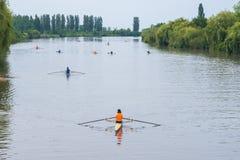 Deportistas jovenes en un barco, remando en el río Rioni, Poti, Geor Fotos de archivo