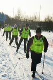 Deportistas jovenes funcionados con en los esquís Fotografía de archivo libre de regalías