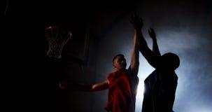 Deportistas que juegan a baloncesto metrajes