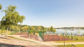Deportiva de instalaciones al aire libre en el parque de Natalka de Kiev en Ucrania fotos de archivo