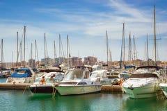 Deportivo Marina Salinas di Puerto Ragazza sveglia in yacht del lavaggio del bikini Immagini Stock Libere da Diritti