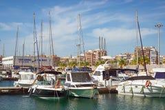 Deportivo Marina Salinas di Puerto Ragazza sveglia in yacht del lavaggio del bikini Fotografia Stock