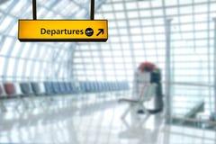 Deporture de signe d'aéroport et conseil d'arrivée Photos stock