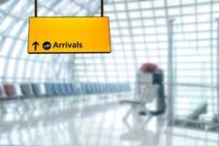 Deporture de signe d'aéroport et conseil d'arrivée Photographie stock libre de droits