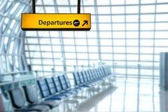 Deporture de signe d'aéroport et conseil d'arrivée Photo stock