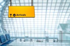 Deporture de signe d'aéroport et conseil d'arrivée Photo libre de droits