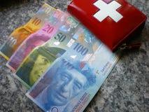 Depositando o dinheiro dos francos suíços   Fotos de Stock