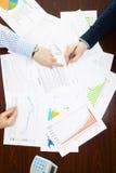 Depositando, taxando e todas as coisas relativas com o mundo da finança - dois homens de negócios que analisam alguns dados finan Imagens de Stock
