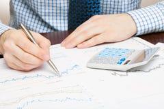 Depositando, taxando e todas as coisas relativas com o mundo da finança - estúdio ascendente próximo disparado de um homem que tr Imagens de Stock Royalty Free