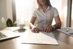 Deposite el acuerdo de préstamo de ofrecimiento del trabajador, céntrese en el documento, cierre para arriba foto de archivo libre de regalías