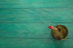 Deposite las pinturas y cepíllelas en un fondo de madera de la turquesa Fotos de archivo