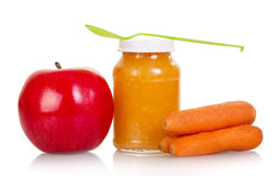 Deposite maçãs, cenouras, puré do bebê isolado no branco fotos de stock royalty free