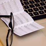 Deposite o keycard na tabela com vidros e portátil Imagem de Stock Royalty Free
