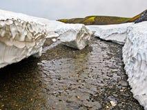 Depositi detritici della neve in estate su nuovo sbarco Fotografie Stock